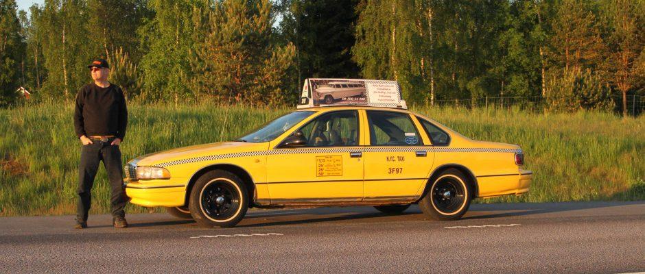 Vår alldeles äkta NYC Yellow Cab Chevrolet Caprice från 1996 med allt som hör till. </br>Taxin rullade på New Yorks gator i 6 år innan den kom till Sverige 2002. Hyrs endast ut till speciella tillfällen som bröllop eller fotograferingar i samband med reklam.